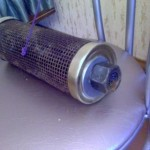 Кормушка из металлической сетки. Диаметр ячейки 3 мм. Диаметр кормушки - консервная банка из под кильки.