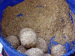 Прикормка для плотвы в шарах - покупная смесь