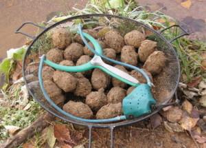 Прикормочные шары и рогатка для прикармливания