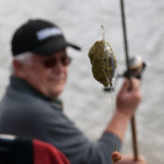 Рыболов ловит рыбу фидером