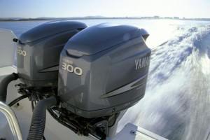 Лодочный мотор на лодке