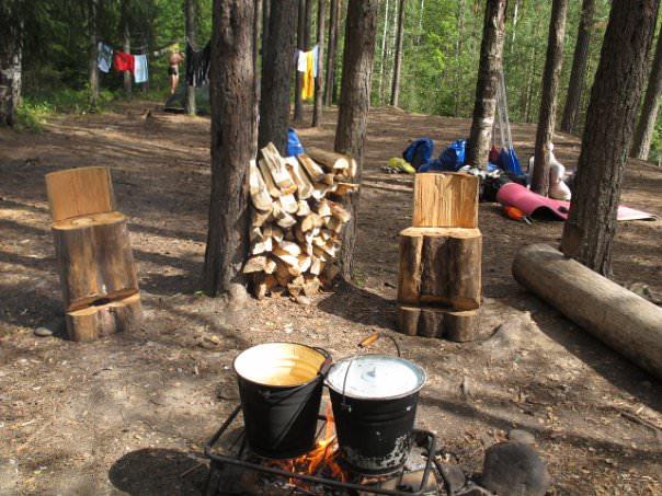 Люди разбили палатку в Карелии