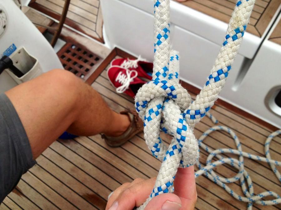 Мужчина завязал морской узел