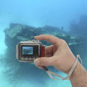 Мужчина держит подводную камеру