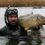 Мужчина поймал под водой рыбу