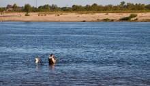 Мужчина рыбачит на Припяти