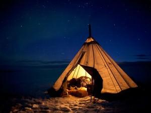 Мужчина спит в палатке ночью