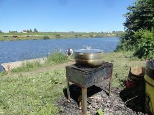 Рыбаки расположились у озера в деревне Савельево