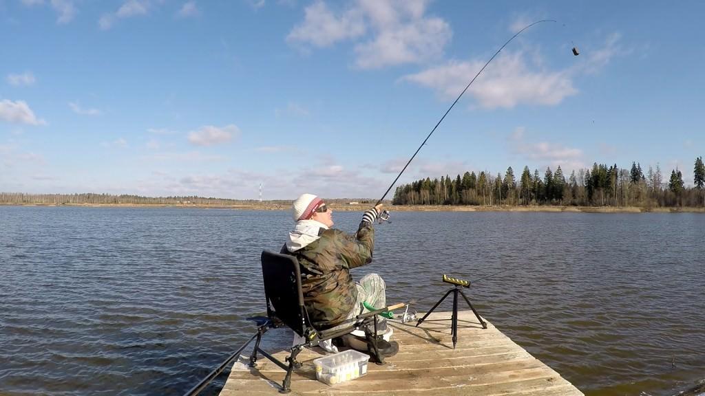 Мужчина ловит рыбу на водоеме в Раково