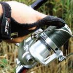 Применение спец. перчаток очень поможет избавиться от порезов от плетенки