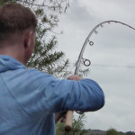 Фидерное удилище в руках рыболова