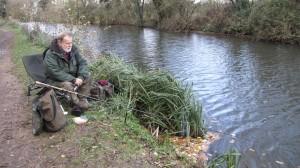 Процесс ловли плотвы на реке