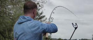 Вываживание рыбы фидером