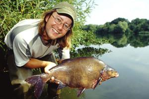 Лещ в руках рыболова