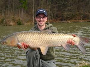 Рыболов поймал белого амура