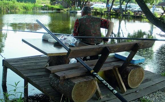 Мужчина ловит рыбу со штекерным удилищем