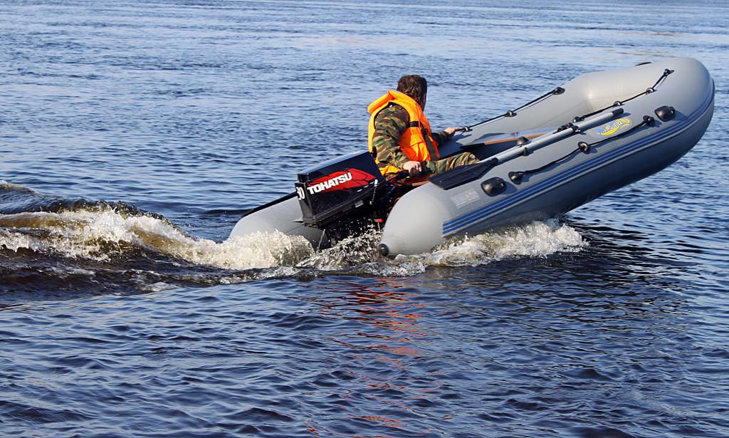 Мужчина в лодке ПВХ