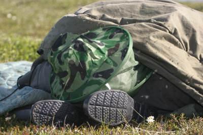 Одежда рыбака на траве