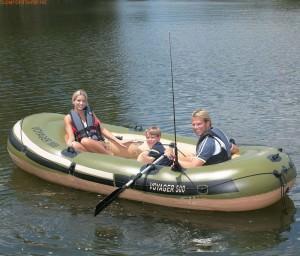 Семья на надувной лодке