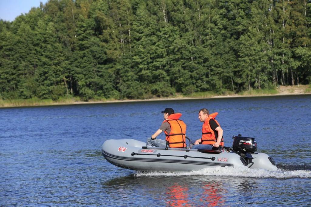 Спасатели на надувной лодке