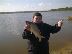 Мужчина поймал рыбу на водоеме в Раково